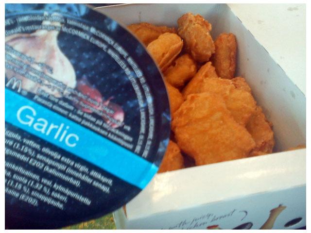 Vitlökssås och kycklingbitar på McDonalds
