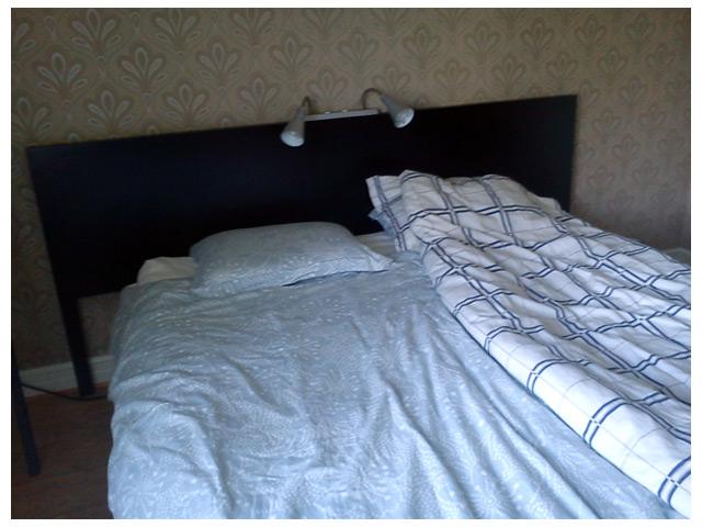 Sänggavel med släkta lampor