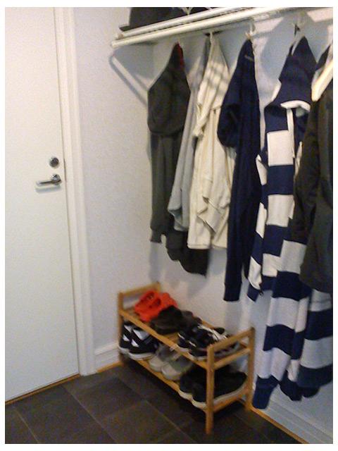 Städad hall med rusta skohyllan på plats