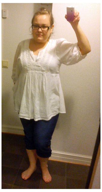 Vit tunika och mina caprijeans från KappAhl och vitt H&M linne under och mina Rieker sandaler. Dagens klädsel 2011-07-23
