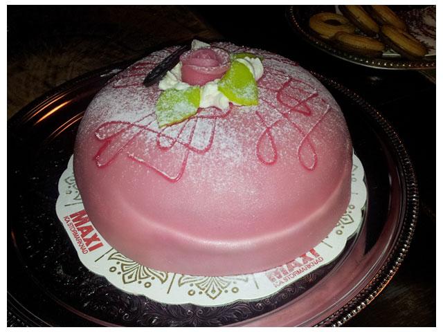 Fika med tårta hos mamma