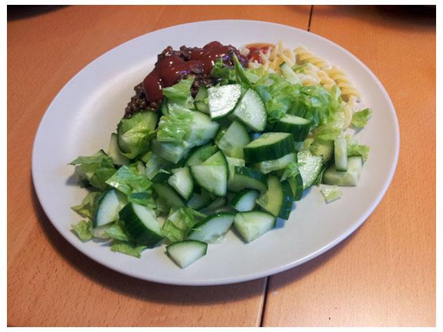 2011-08-12 Dagens middag Stinas köttfärssås med pasta och sallad