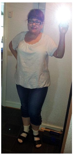 2011-08-20 Dagens klädsel för lägenhetsstök; capri jeans och topp från KappAhl