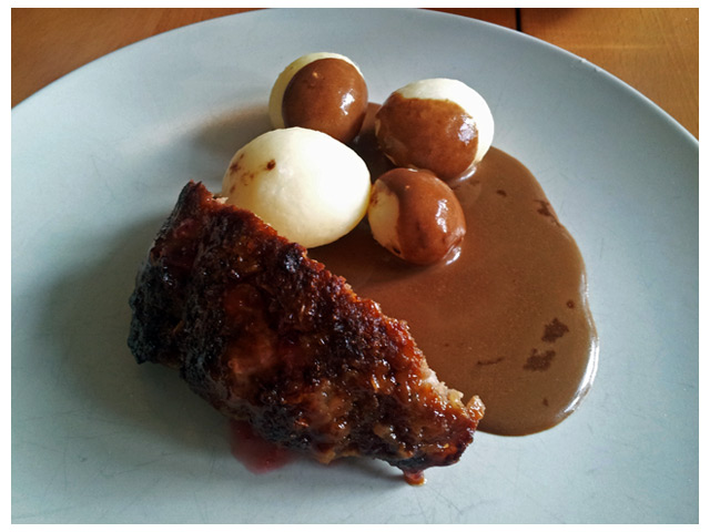 2011-08-28 Söndags middag: hemlagad bbq köttfärslimpa med delikatesspotatis, lingon och gräddsås