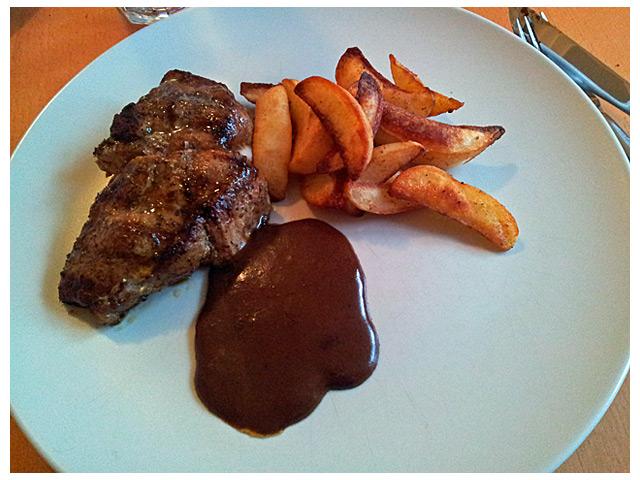 2011-08-31 dagens middag: kotlett med potatisklyftor ich sås