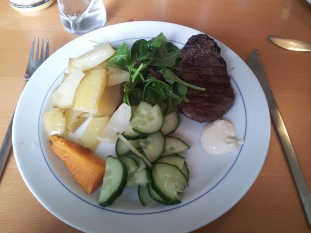 Stekt älgfilé med rostad potatis och sötpotatis, sås och sallad