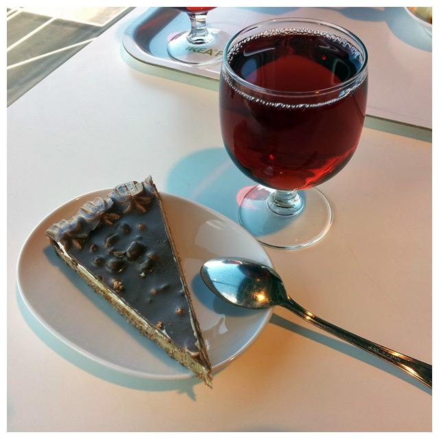 2011-09-01 IKEA fika, chokladtårta med lingon dricka