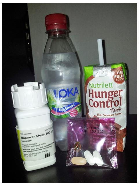 2011-09-10 Dagens frukost: naproxen (antiinflamatorisk värktablett), loka vattenmelon, nutrilett choklad shake och multiwoman (alla vitaminer man behöver för dagsbehovet)