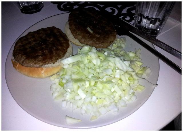 Måndags middag hamburgare med hemmagjorda hamburgarbröd med vitkål och lök
