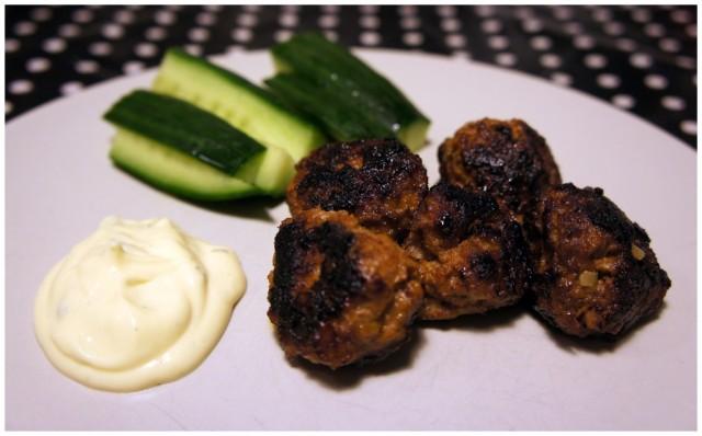 Hemlagade köttbullar med gurkstavar och bearnise