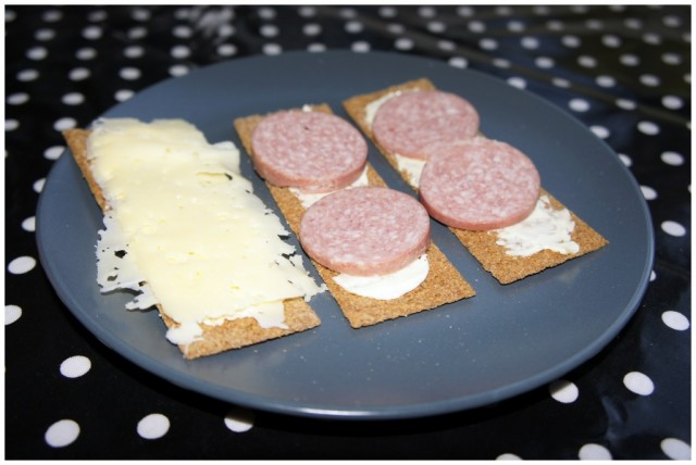 Frukost Finn Crisp med ost och rökt korv