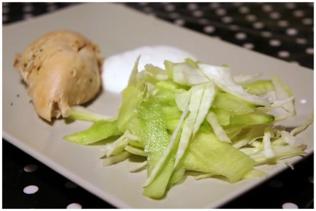 Filé från grillad kyckling med gurka och vitkål samt vitlöksyoghurt