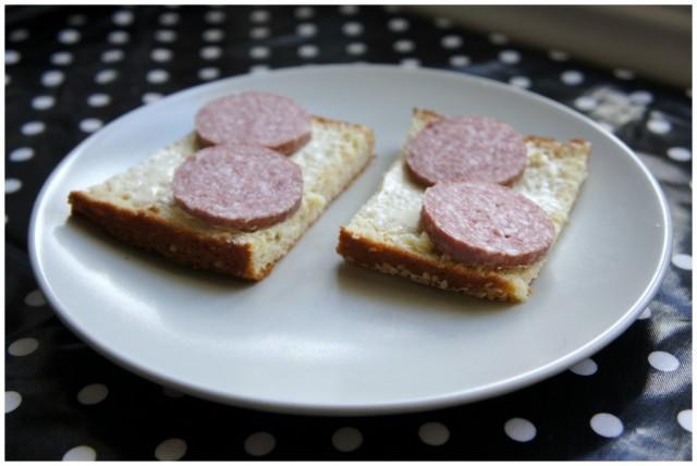 LCHF bröd med smör och rökt korv