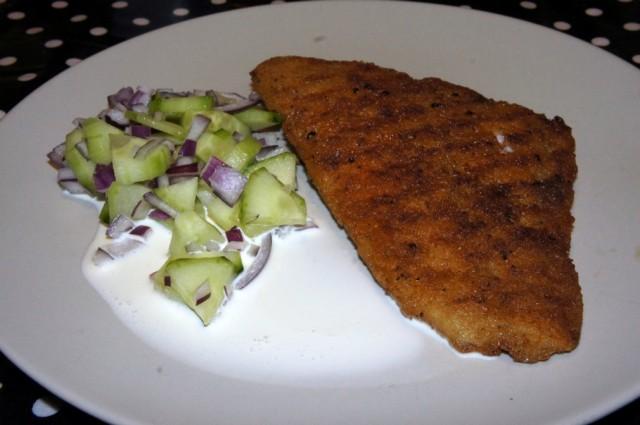 Lättpanerad fiskfilé med gurka, rödlök och grädde