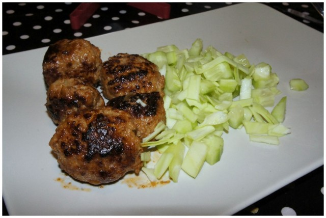 Lördagsmiddag, hemlagade köttbullar med vitkål och gurka