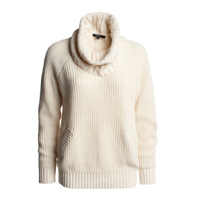 Vit stickad tröja med stor krage och fuskfickor fram. Ribbstickad vid ärmslut och nertill.