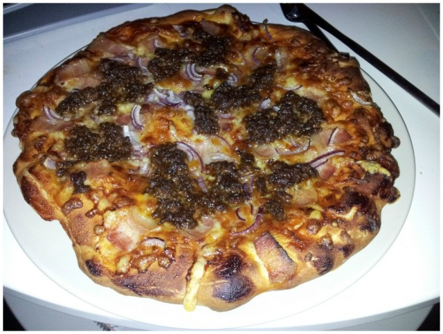 Hembakad pizza med bacon, röd lök, tomat och bbqsås, köttfärssås, mozzarella och texmex ost