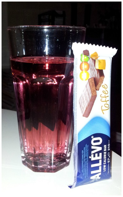 Allévo Toffee måltidsbar och Fun Light Strawberry saft