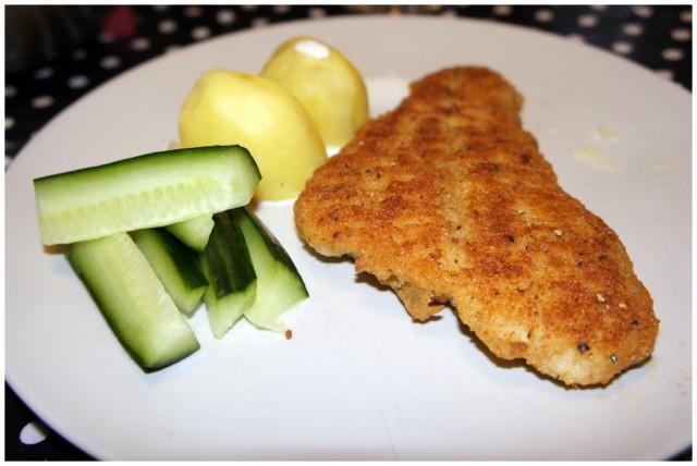 Lättpanerad fiskfilé med kokt potatis, gurkstavar och lite grädde