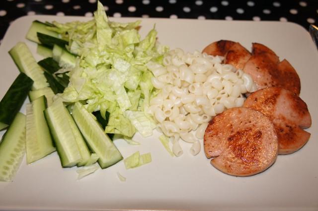 Falukorv, snabbmakaroner med gurka och sallad