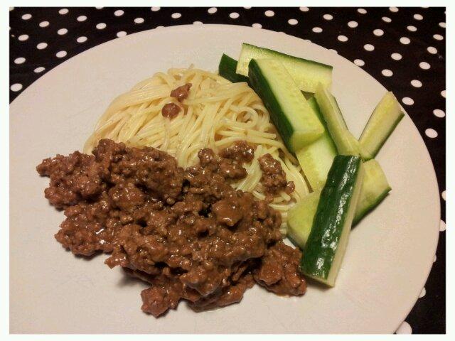 Stinas köttfärssås med spagetti och gurka