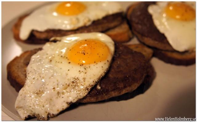 Sambons middag; stekt ägg, hamburgare på stekt surdegsbröd