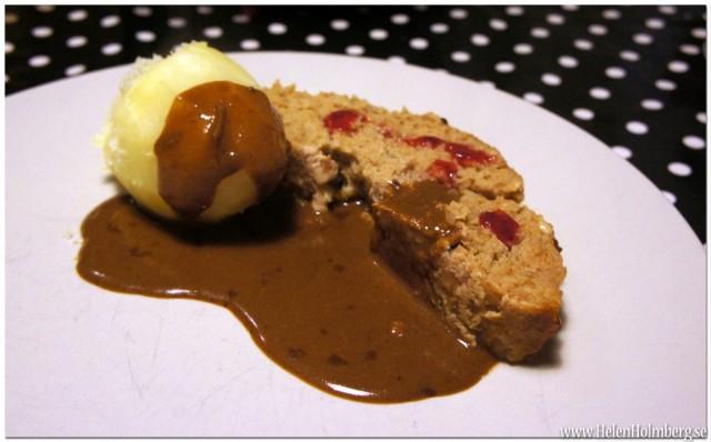 Köttfärslimpa med kokt potatis, lingon och brun sås