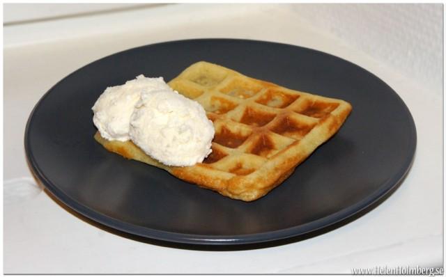 Enkla belgiska våfflor med laktosfri vaniljglass