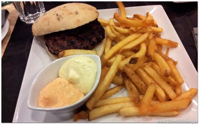 Ekologiskt ciabatta bröd med hamburgare, pommes, chilibearnise och majonäs