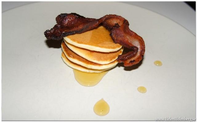 Amerikanska pannkakor med bacon och ljus sirap