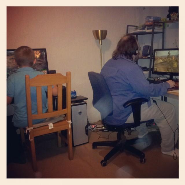 Bror och brorsdotter spelar datorspel ihop, nördfamilj deluxe