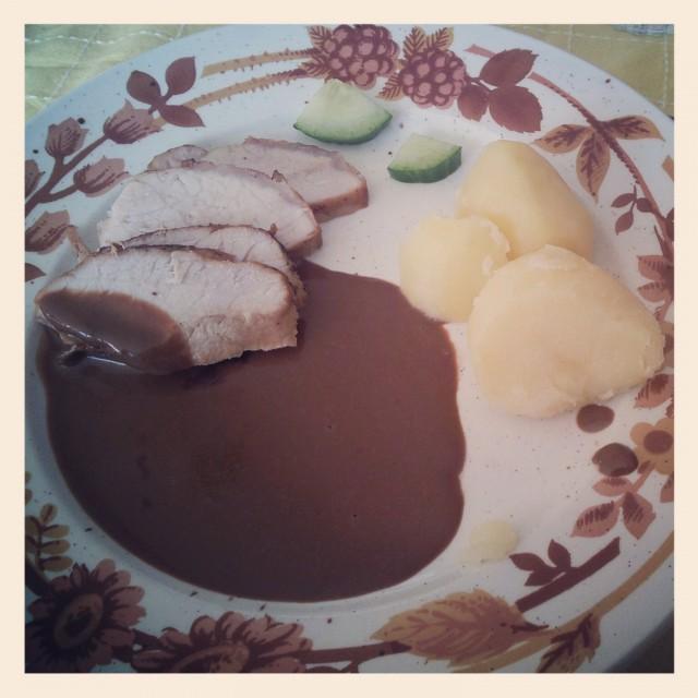 Middag hos mamma, kokt potatis med ytterfilé och sås