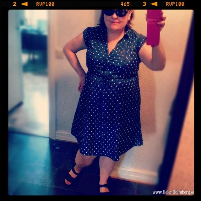 Lördagensklädsel, marinblå klänning med vita prickar från KappAhl och Rieker sandalerna (aj, aj)
