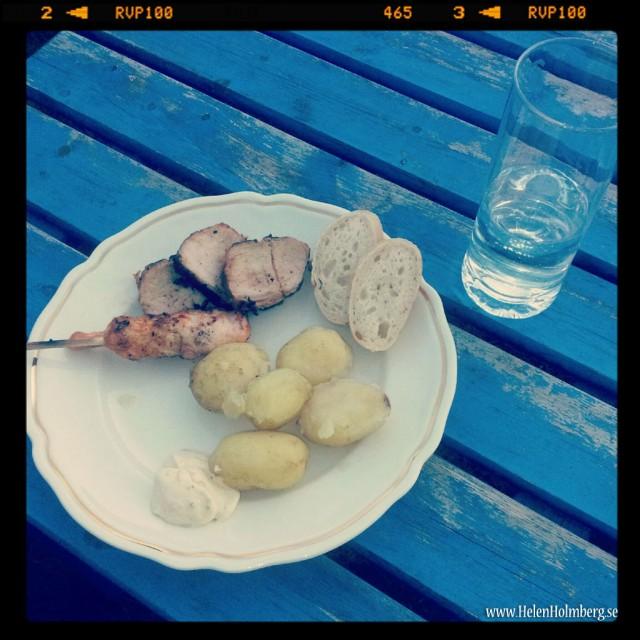 Svensk färskpotatis, grillspjut, kycklingspett, baguette på surdeg och bearnaise samt vatten i glaset