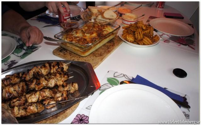 Kycklingspett, potatisgratäng, baguette, grillsåser, marinerade vitlöksklyftor och potatisgaller