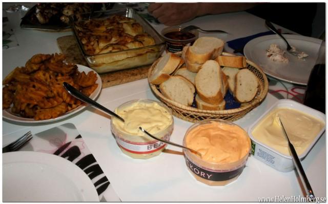 Potatisgratäng, baguette, grillsåser, marinerade vitlöksklyftor, potatisgaller och Valios laktosfria De goda