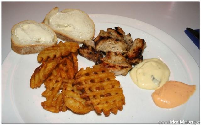 Potatisgaller, kycklingspett, baguett med smör, bearnaise och hickory grillsåser