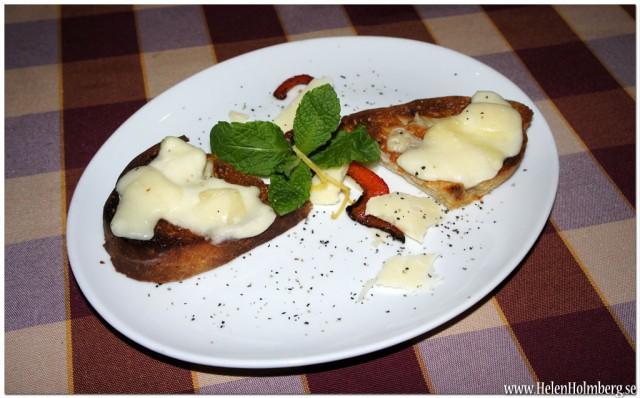 Förrätt bruschetta, vitlöksbröd med fyra sorters ostar