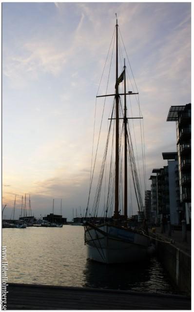Vacker båt i hamnen