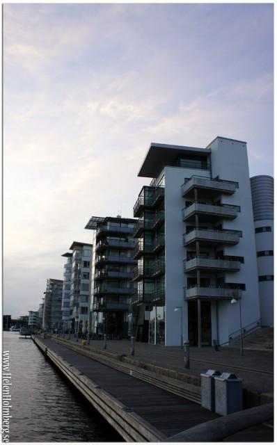 Majestätiska hus som reser sig ur hamnen, byggda i samband med h99