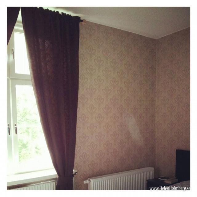 Anita gardin i brunt upphängt i sovrummet