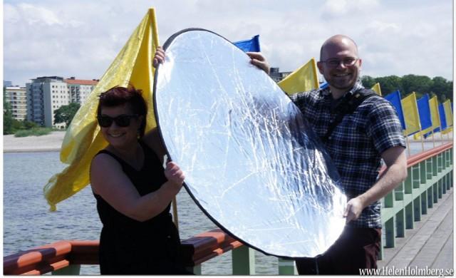 Andrijana och Martin var ambitiösa foto assistenter med Martins ljusreflektor