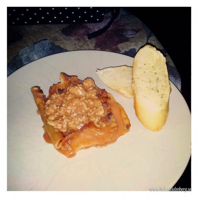Sambon bjöd på lasange och vitlöksbröd till middag