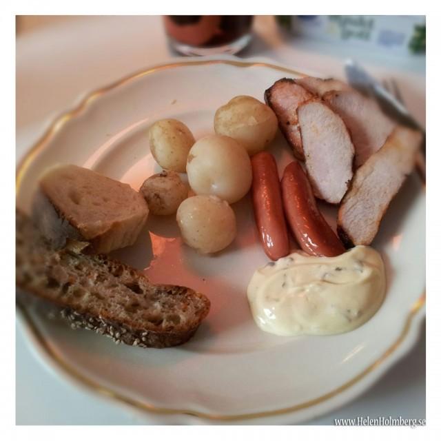 Midsommarafton mat, färskpotatis, grillad ytterfilé, prinskorv, hembakta bröd och bearnaise