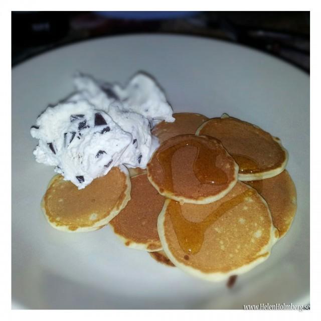 Torsdagsmiddag - amerikanska pannkakor med laktosfri glass och sirap