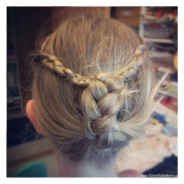 Flätade brorsdottern Amandas hår i fin princessfrisyr för att matcha klädseln