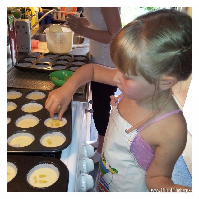 Sen satte jag syskondöttrarna i arbete med att göra ananasmuffins till födelsedagskalaset