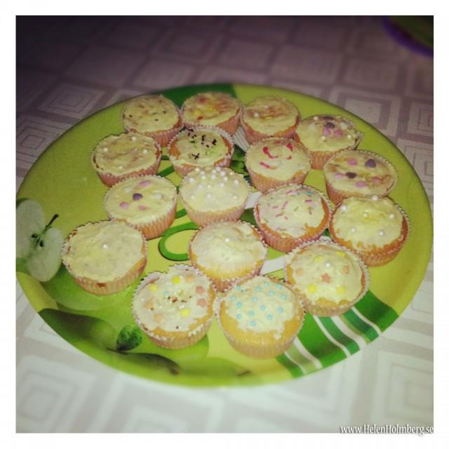 Fantastiskt vackra ananasmuffins dekorerade med vaniljsmörkräm och olika strössel