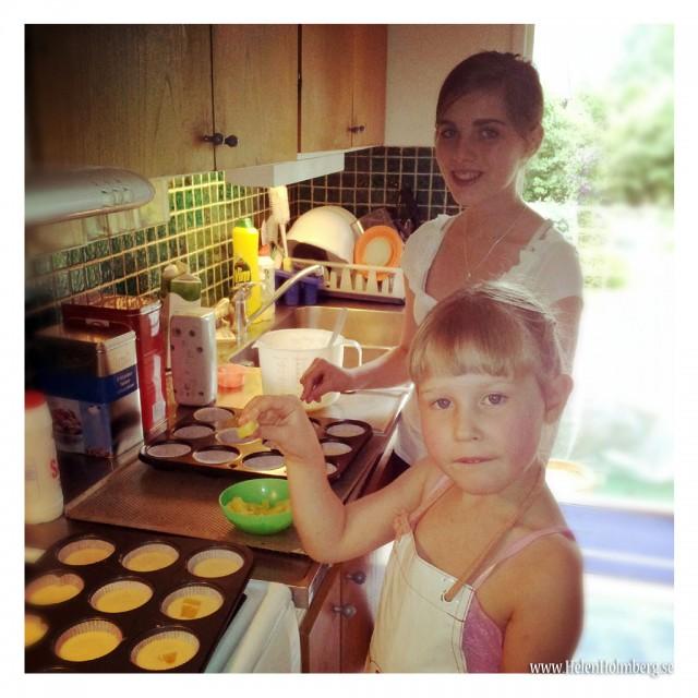Syskondöttrarna Amanda & Emma bakar hos mormor/farmor