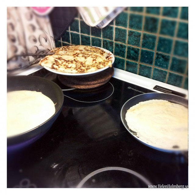 Pannkakslunch hos mamma, ett järn med laktosfri smet och ett med vanlig